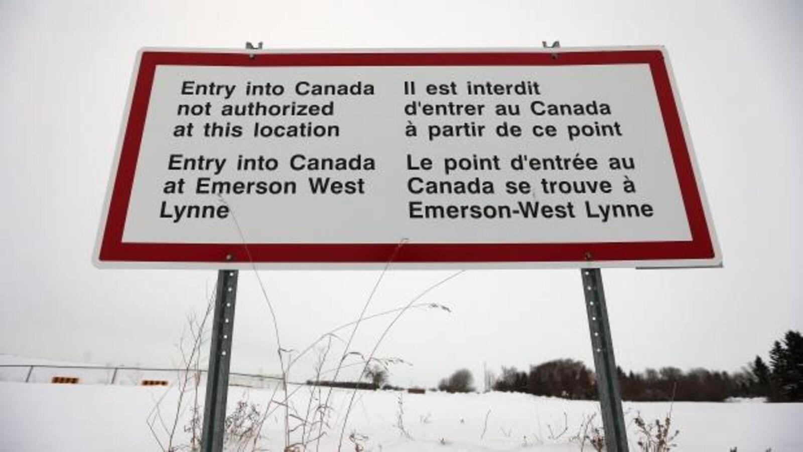 Une affiche près du poste frontalier d'Emerson au Manitoba.