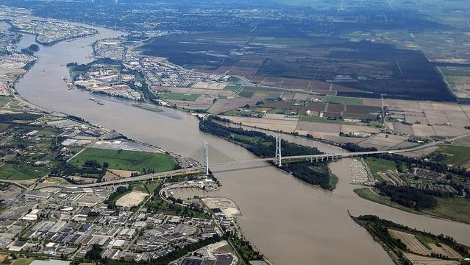 Dessin réaliste d'un pont suspendu au-dessus du fleuve Fraser.