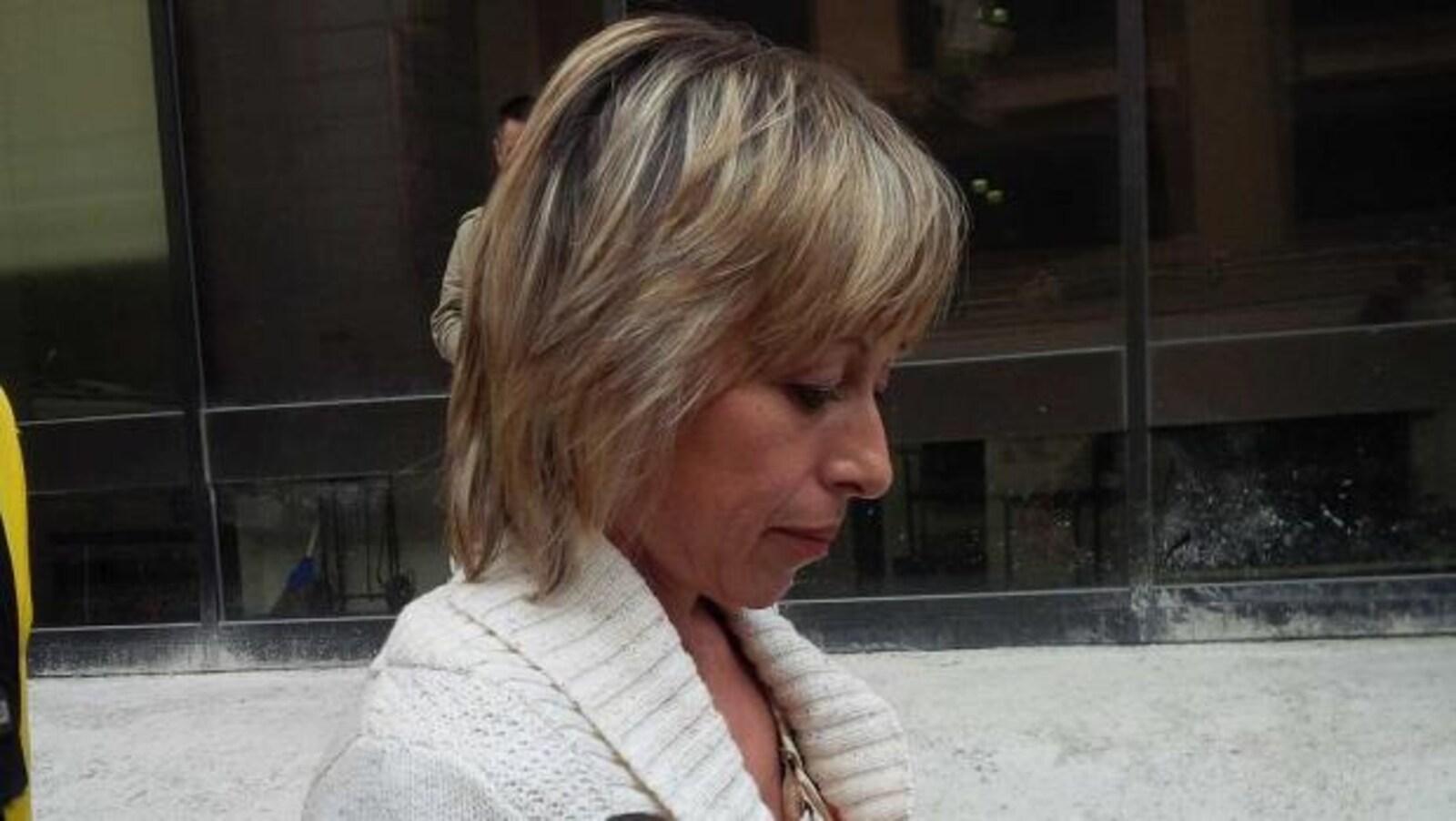 Photo archive de Renata Ford prise en 2014. Elle est de profil et regarde le sol.