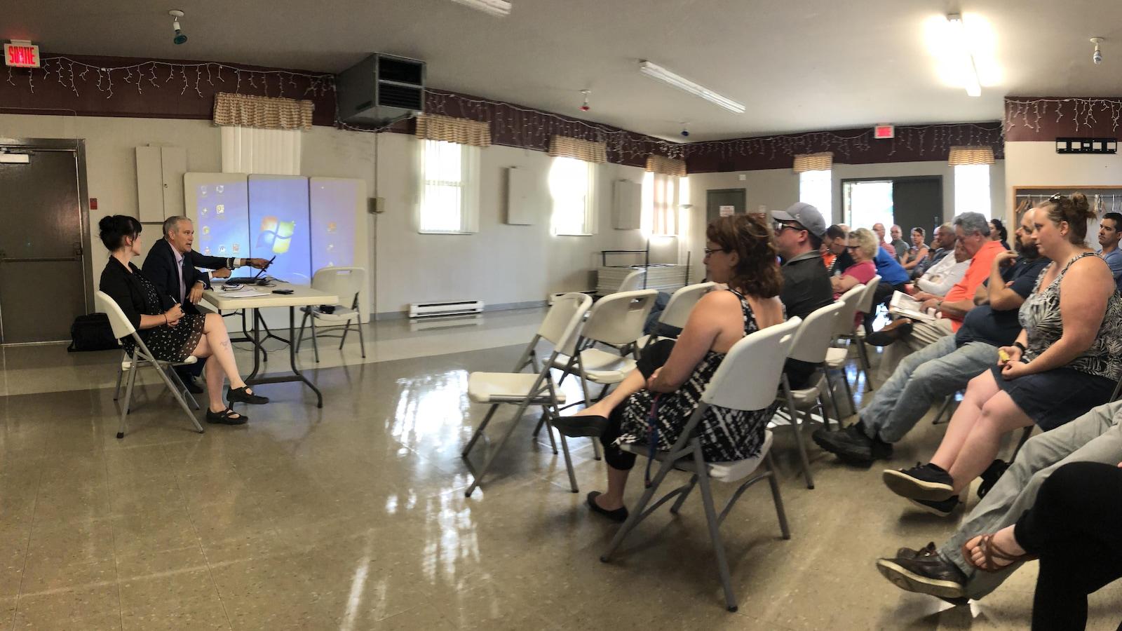 Des citoyens écoutent des représentants de la Ville de Trois-Rivières lors d'une rencontre.