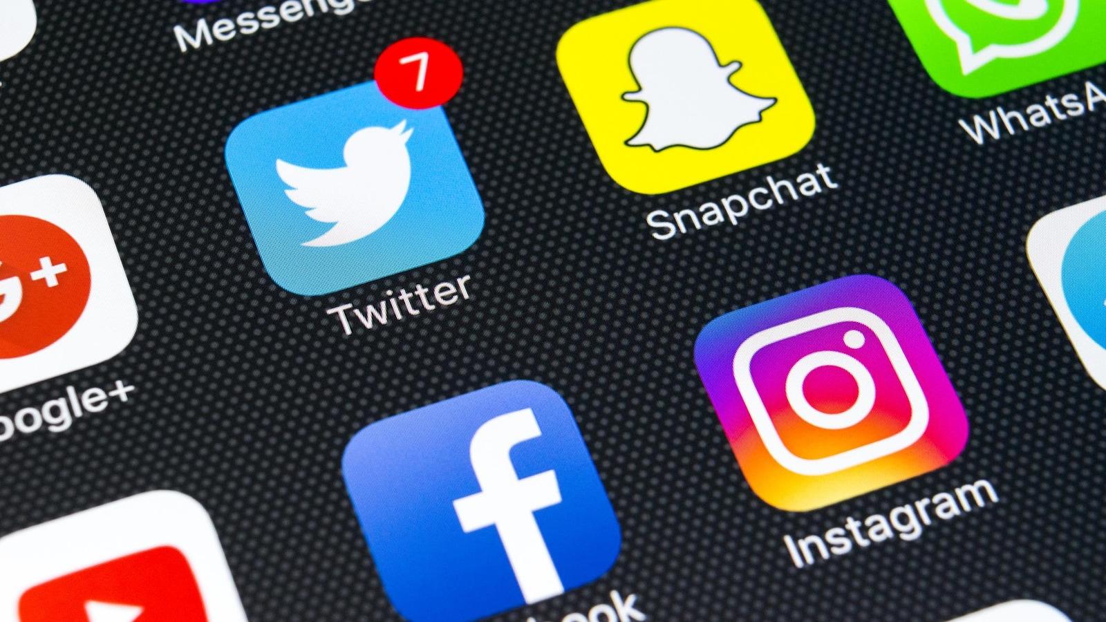 On voit les icônes des applications de réseaux sociaux sur un téléphone.