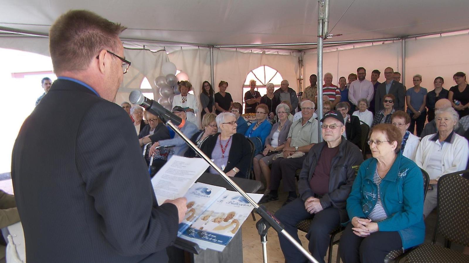 Le directeur général de la Résidence des Bâtisseurs de Matane, Denis Côté, s'est adressé à des personnes âgées pour l'inauguration officielle. Un chapiteau a été dressé pour l'occasion.