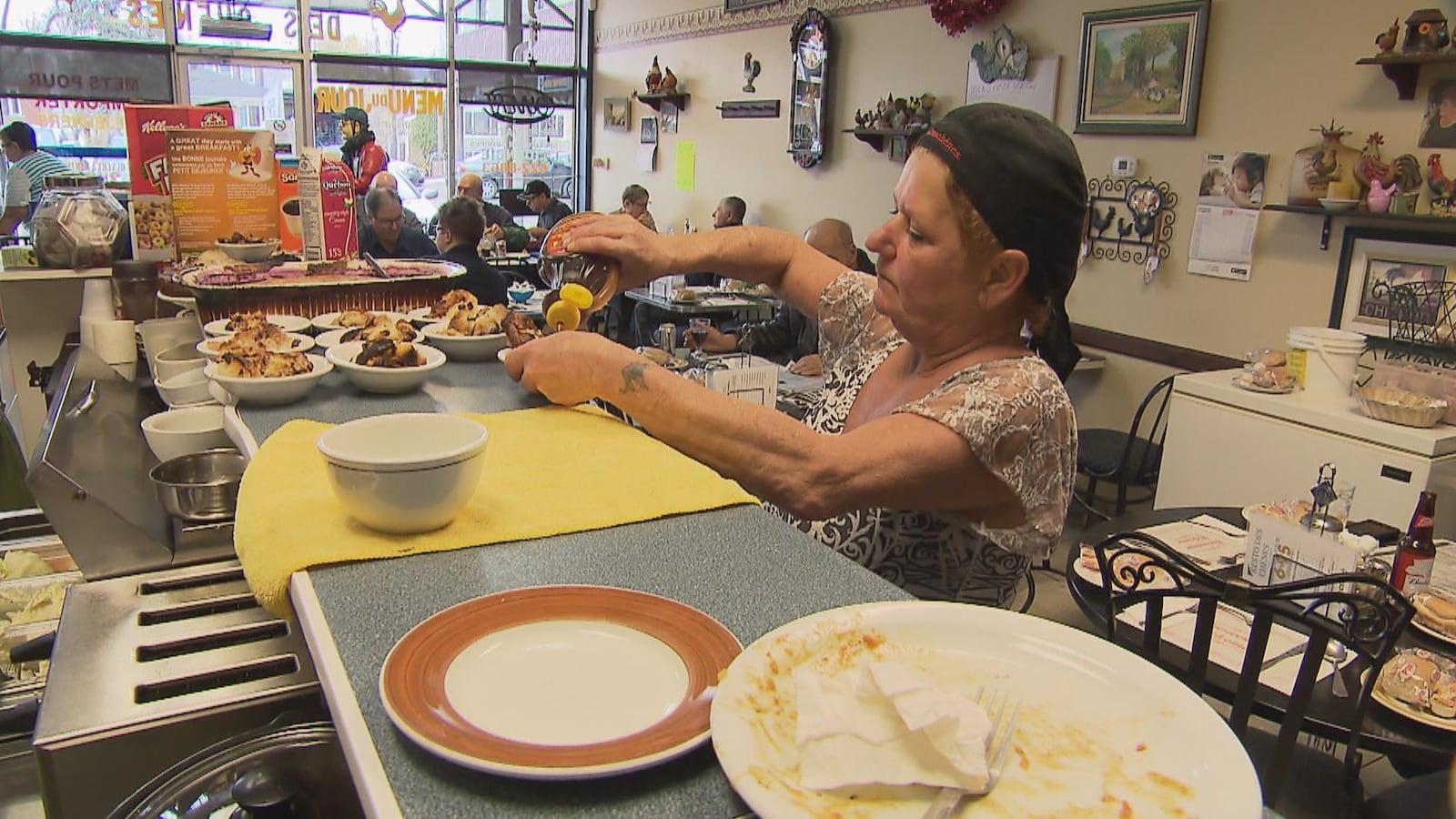 Une femme met du sirop sur un dessert au Resto Des Chênes de Limoilou
