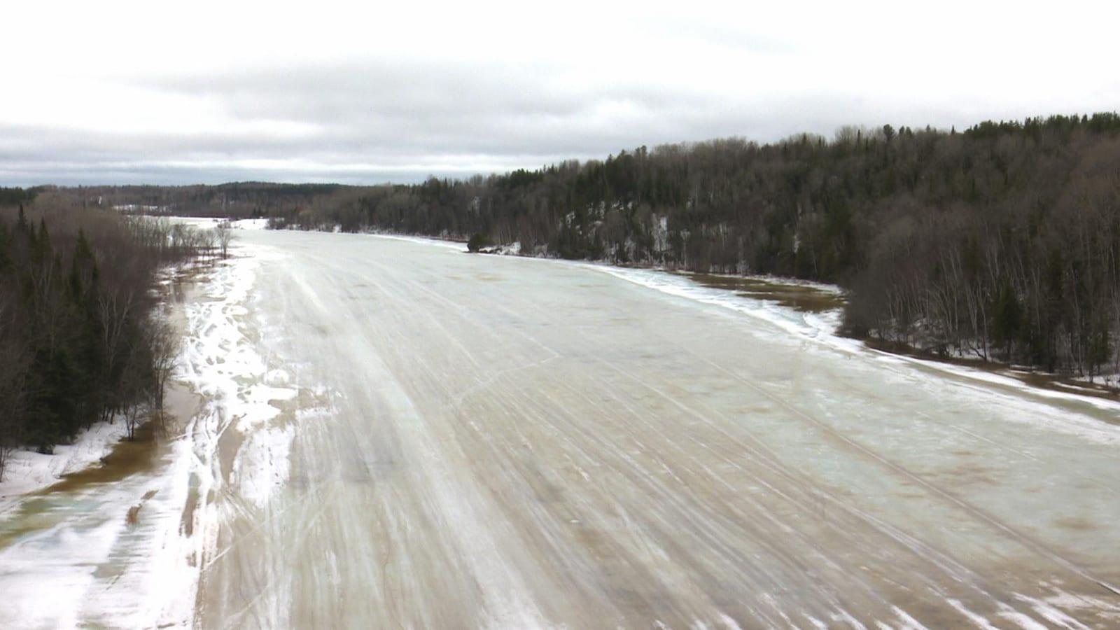 Une rivière partiellement gelée.