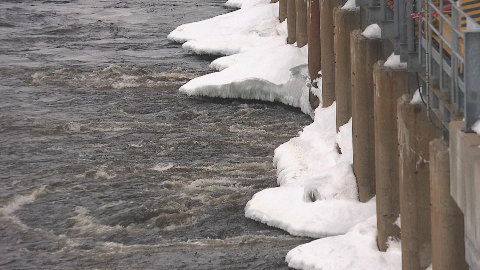 L'eau de la rivière Saint-Maurice au pied d'un barrage