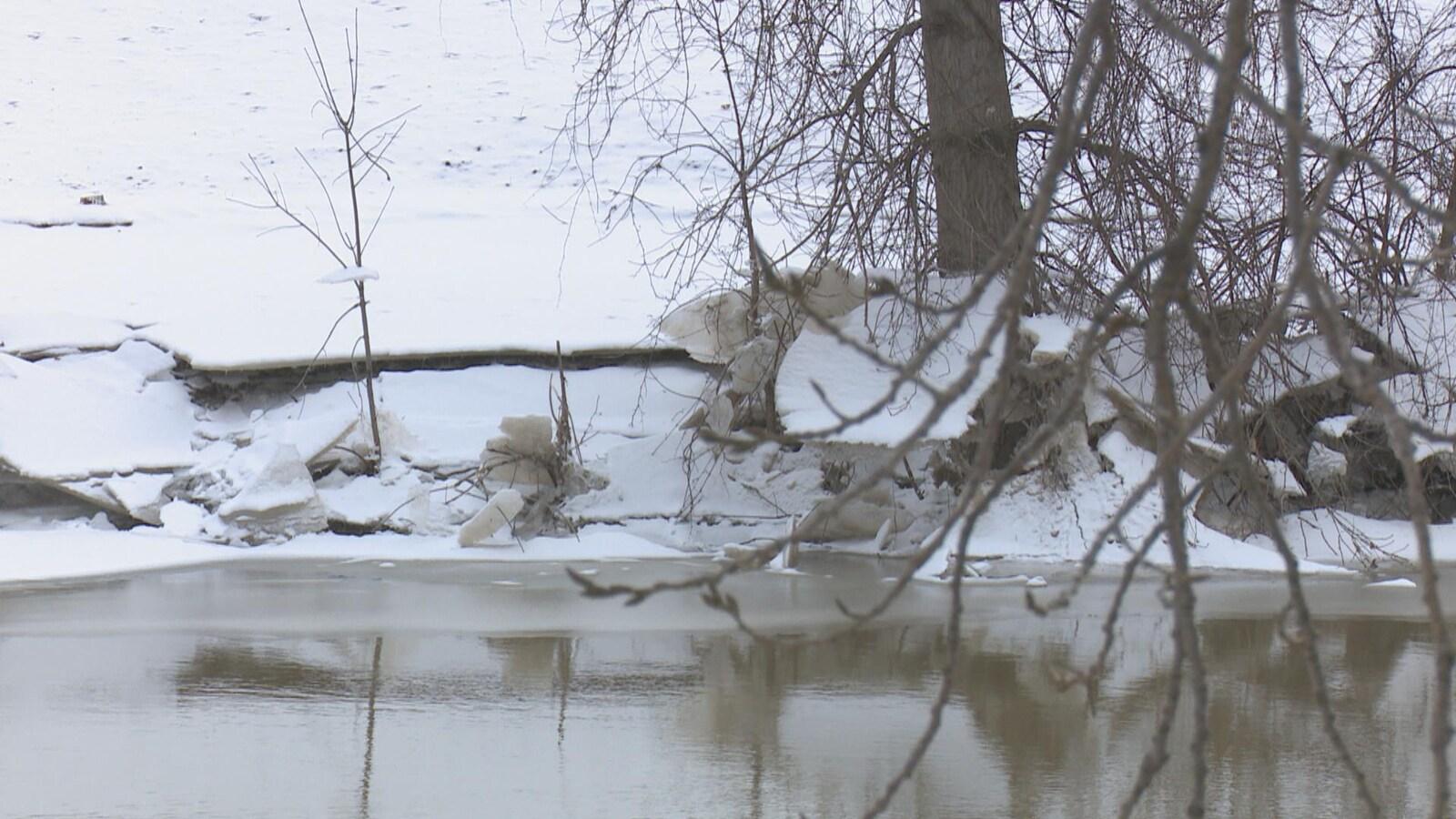 Une rivière bordée de neige.