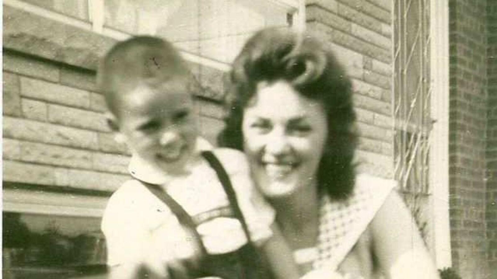 Photo ancienne montrant une femme et son jeune fils