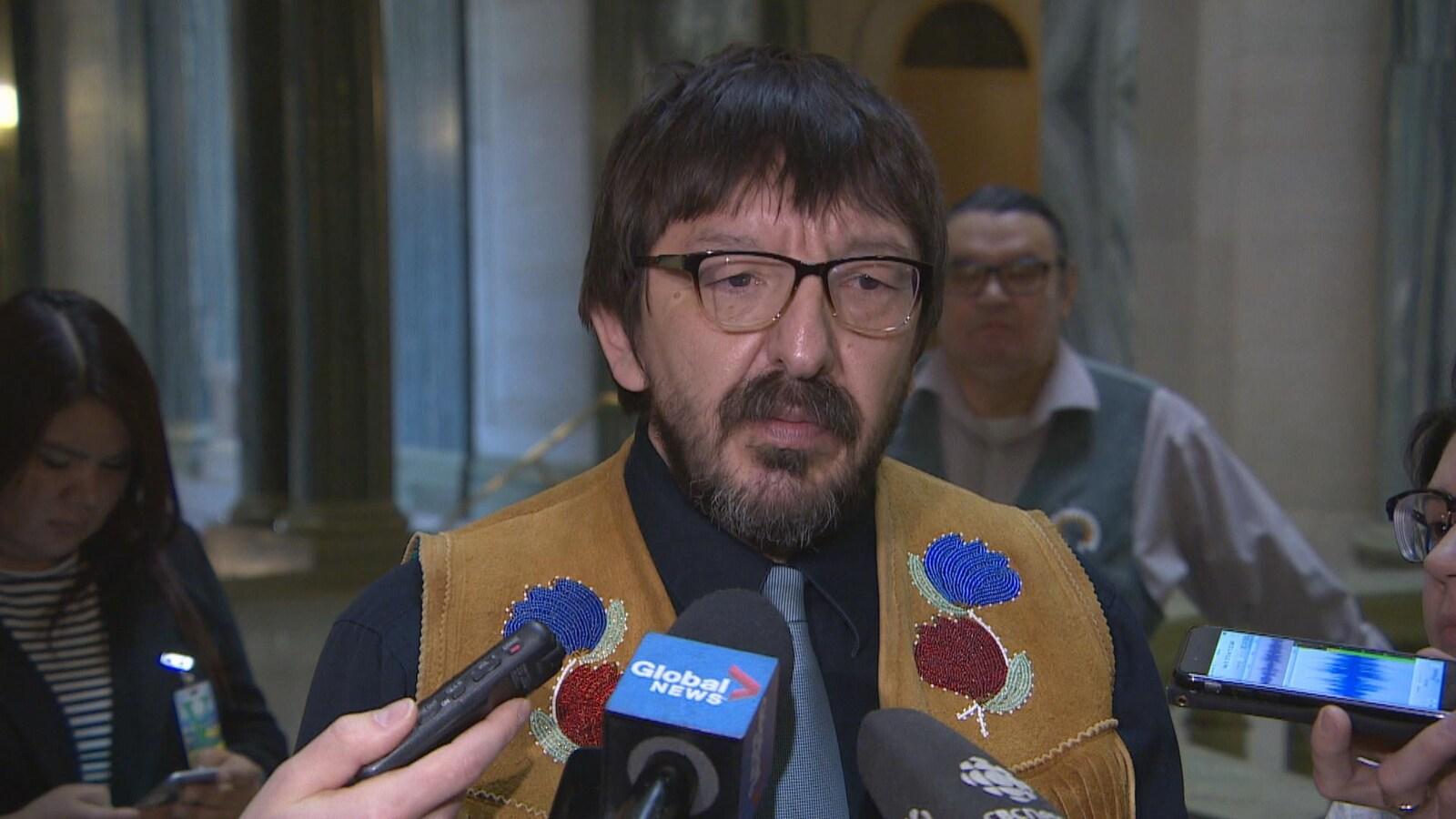 Robert Doucette regarde au loin pendant une entrevue à la rotonde du Palais législatif.
