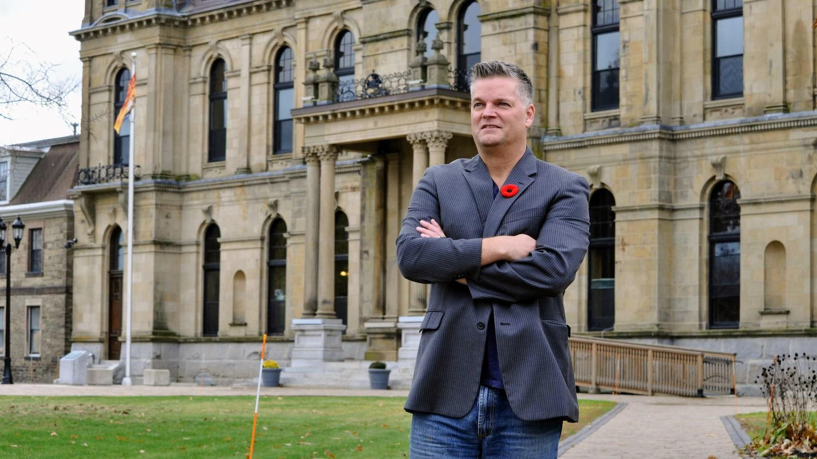 Robert Gauvin devant l'Assemblée législative du Nouveau-Brunswick.