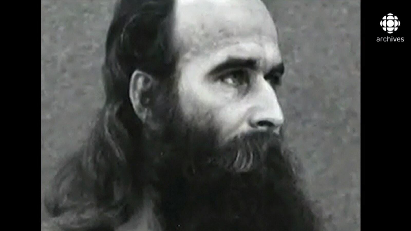 Photo du gourou à la barbe très longue.