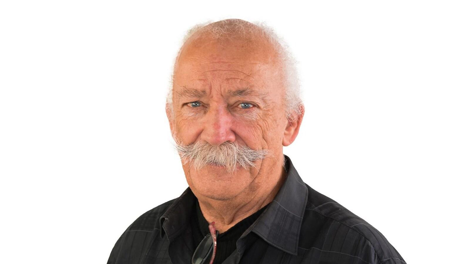 Un homme qui a une moustache