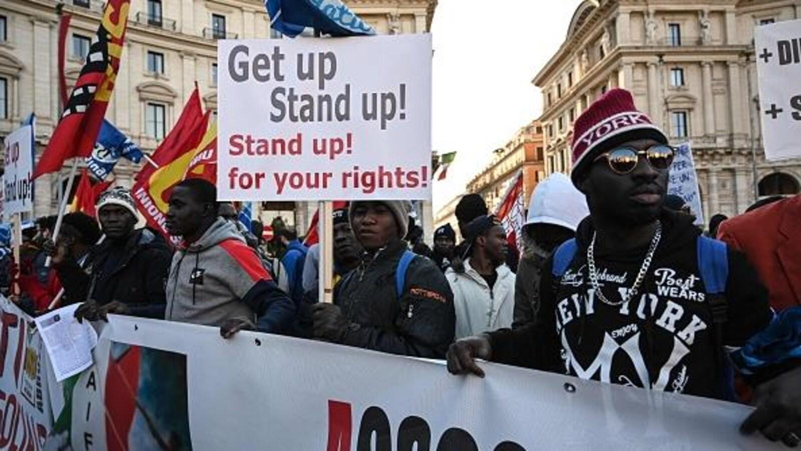 Des membres d'associations antiracistes et des migrants manifestent à Rome pour protester contre le récent décret gouvernemental limitant le droit d'asile.