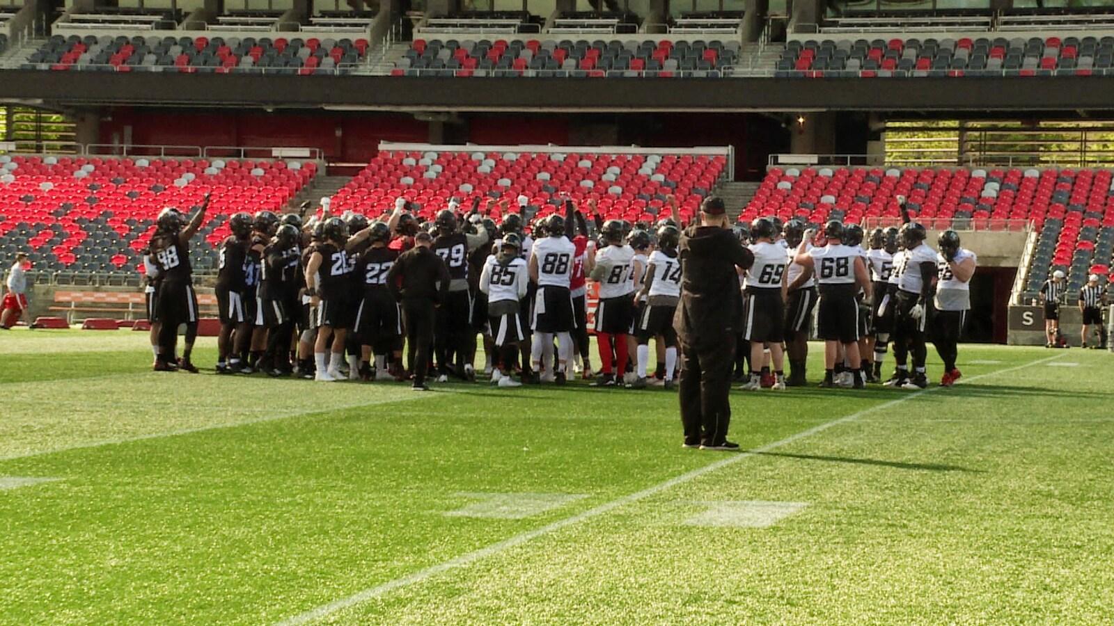 Des joueurs rassemblés sur un terrain de football.