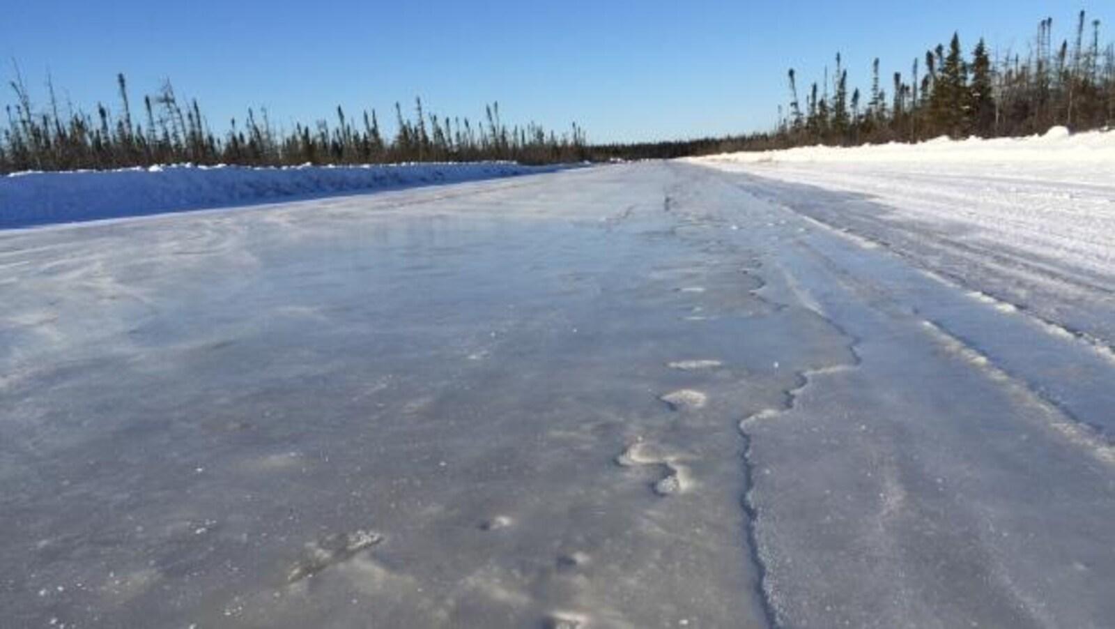La route de glace le long de la Côte Ouest de la Baie James entre Moosonee et Attawapiskat