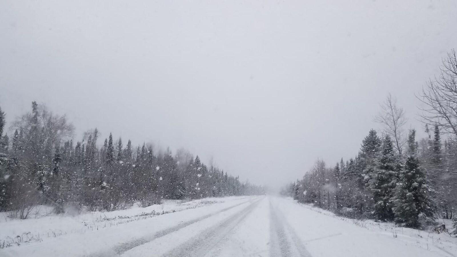 Le chemin Kamiskotia enneigé vu à travers un pare-brise.