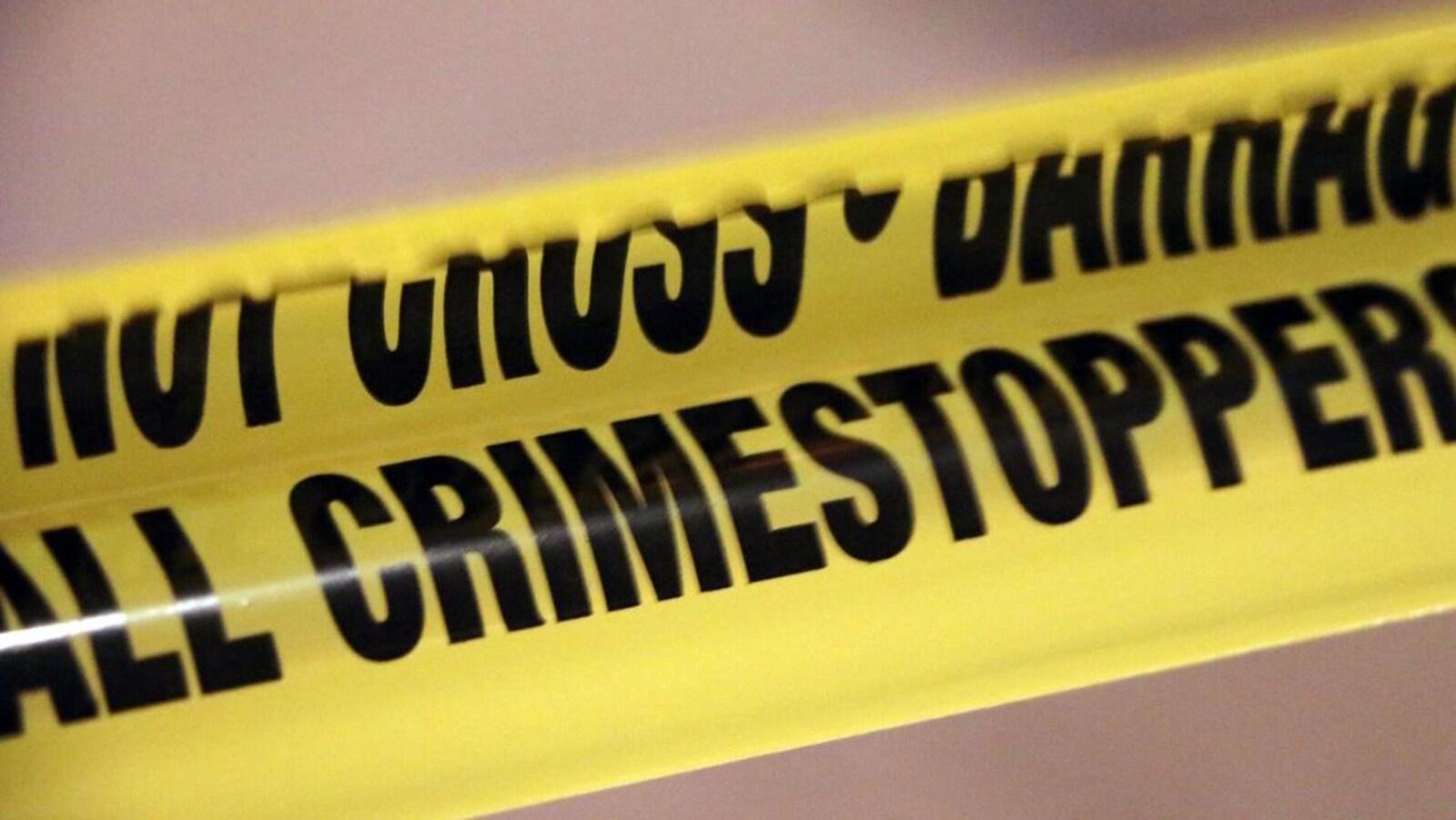 Un ruban jaune de la police interdit au public de passer sur le lieu d'un crime