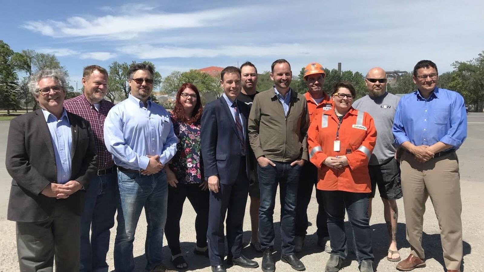 Photo de groupe avec Ryan Meili, des membres du NPD et des travailleurs de l'aciérie Evraz