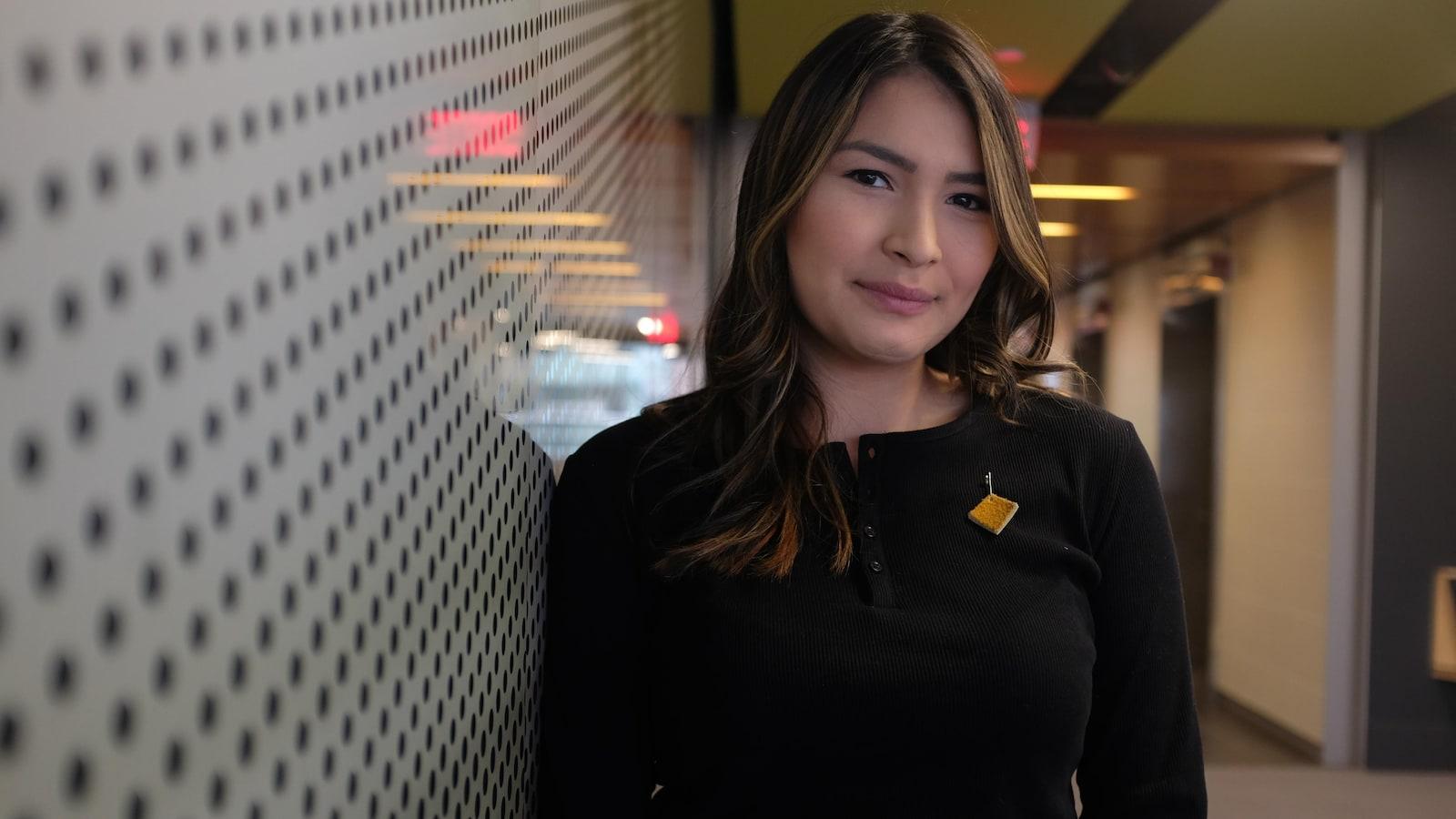 Sage Lacerte, ambassadrice jeunesse de la campagne Moose Hide, pose dans les couloirs de l'Université Concordia, à Montréal