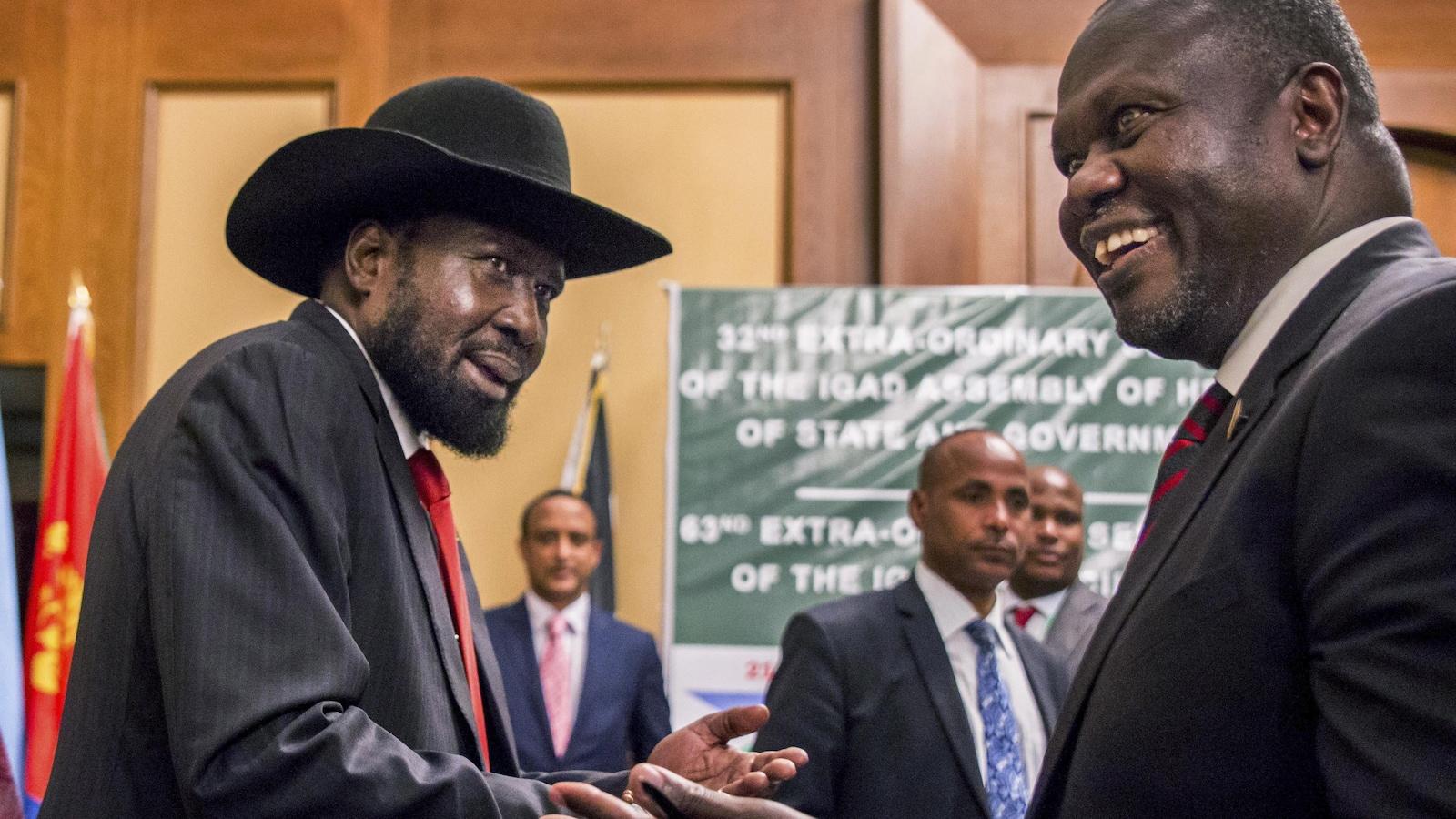 Le président du Soudan Sud, Salva Kiir (gauche), avec Riek Machar, son ancien rival qui devrait devenir vice-président