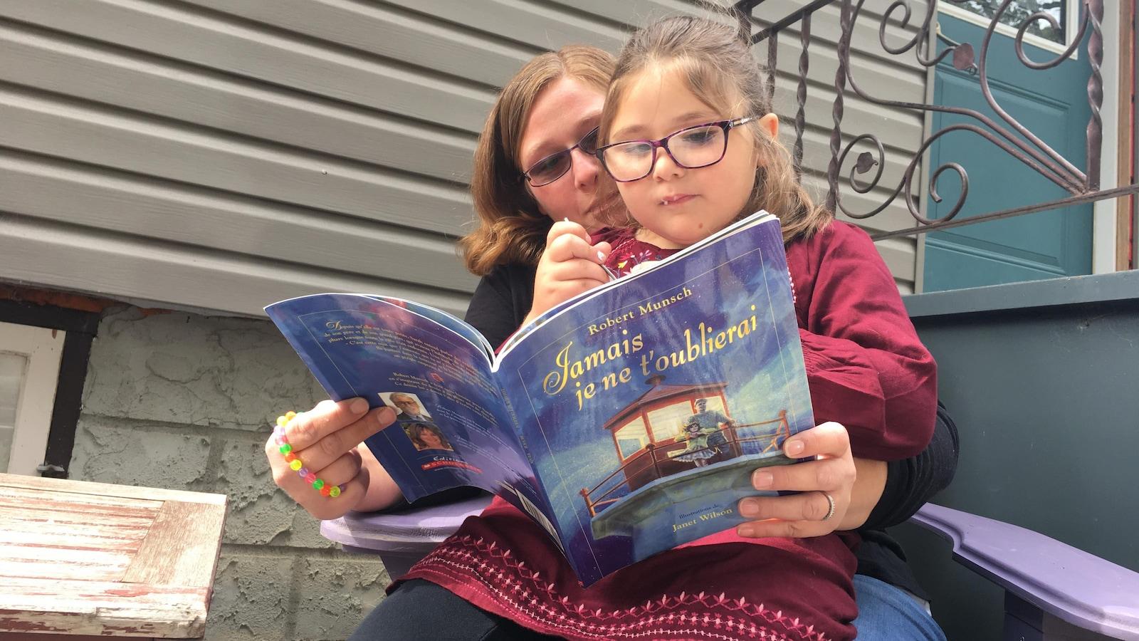 Samantha Zitaruk et sa fille Sabreen Iraqi lisent ensemble un livre en français.
