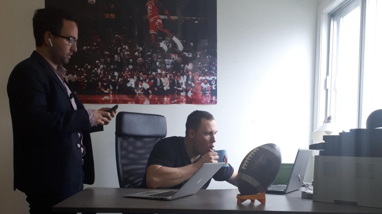 L'agent Sasha Ghavami et son client Mathieu Betts lors de la journée du repêchage de la NFL