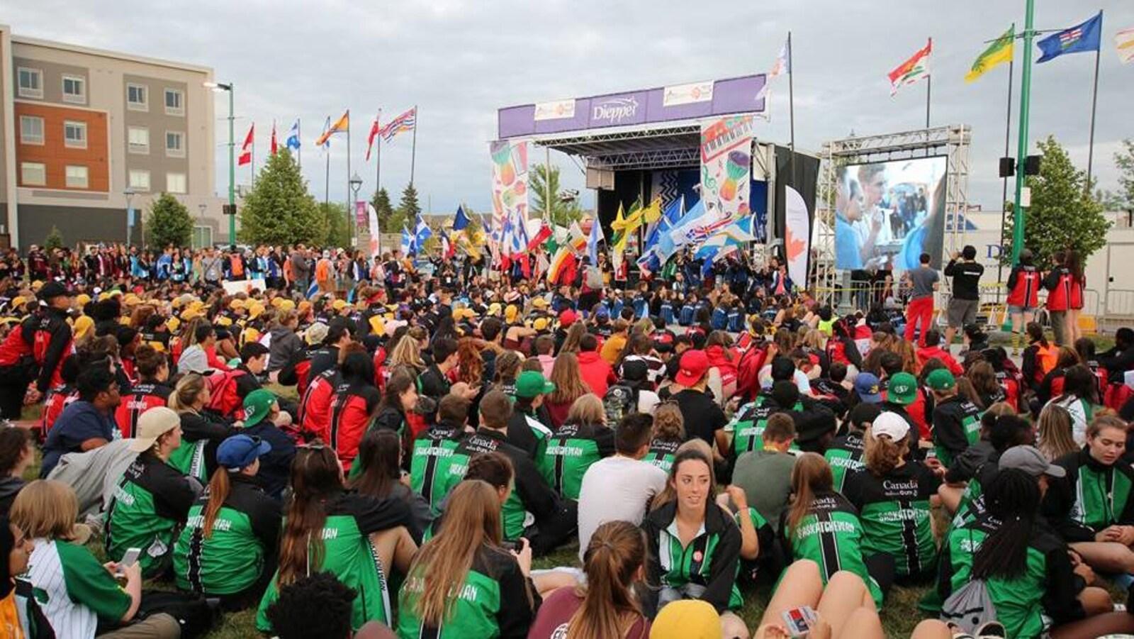 La délégation de la Saskatchewan se rassemble avec les autres délégations pour un spectacle aux Jeux de la franchophonie canadienne à Moncton-Dieppe.
