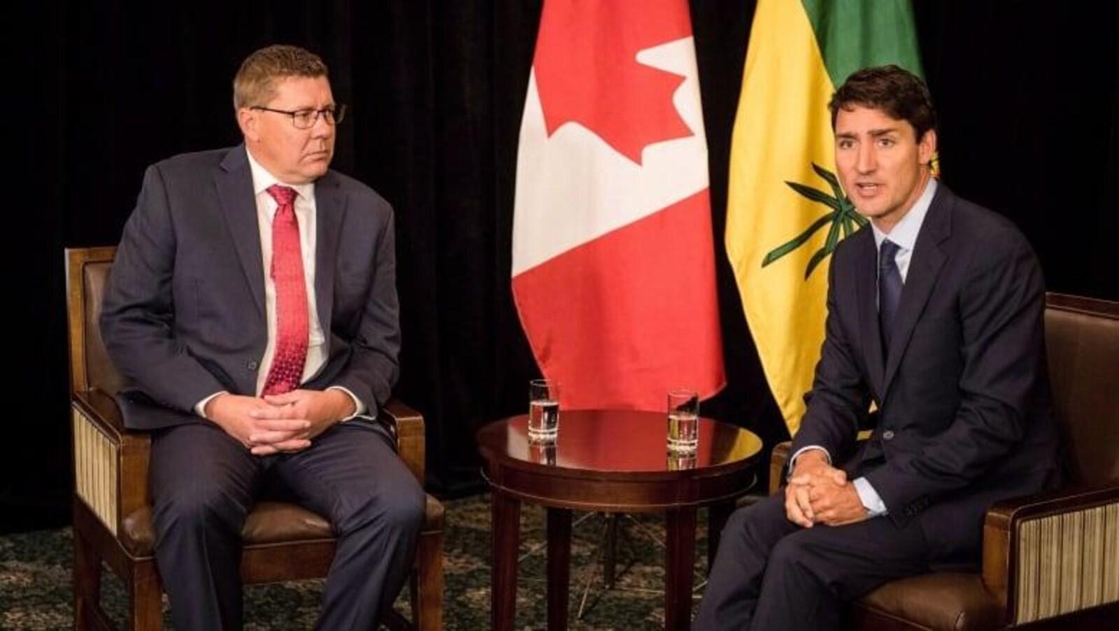 Scott Moe et Justin Trudeau assis lors d'une rencontre officielle.