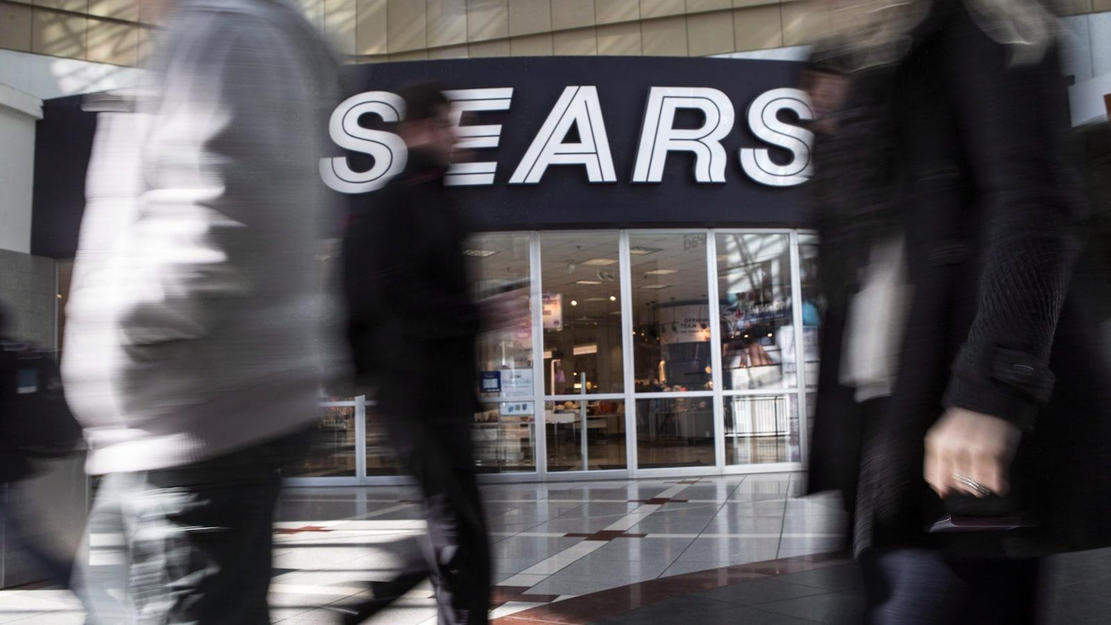 Des gens marchent près d'un magasin Sears à Toronto.