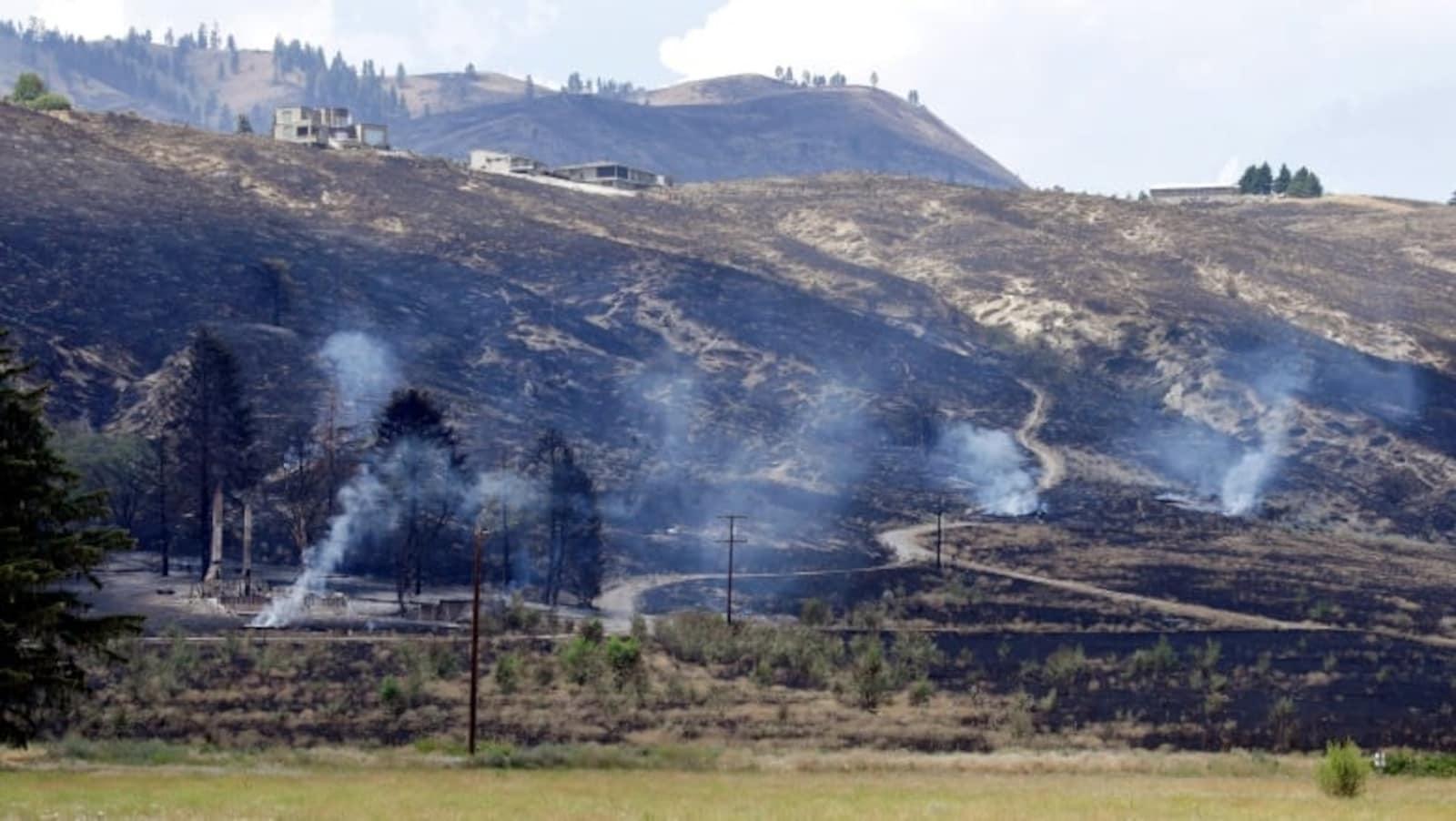 La fumée de brasier se propage sur des montagnes de l'État de Washington.