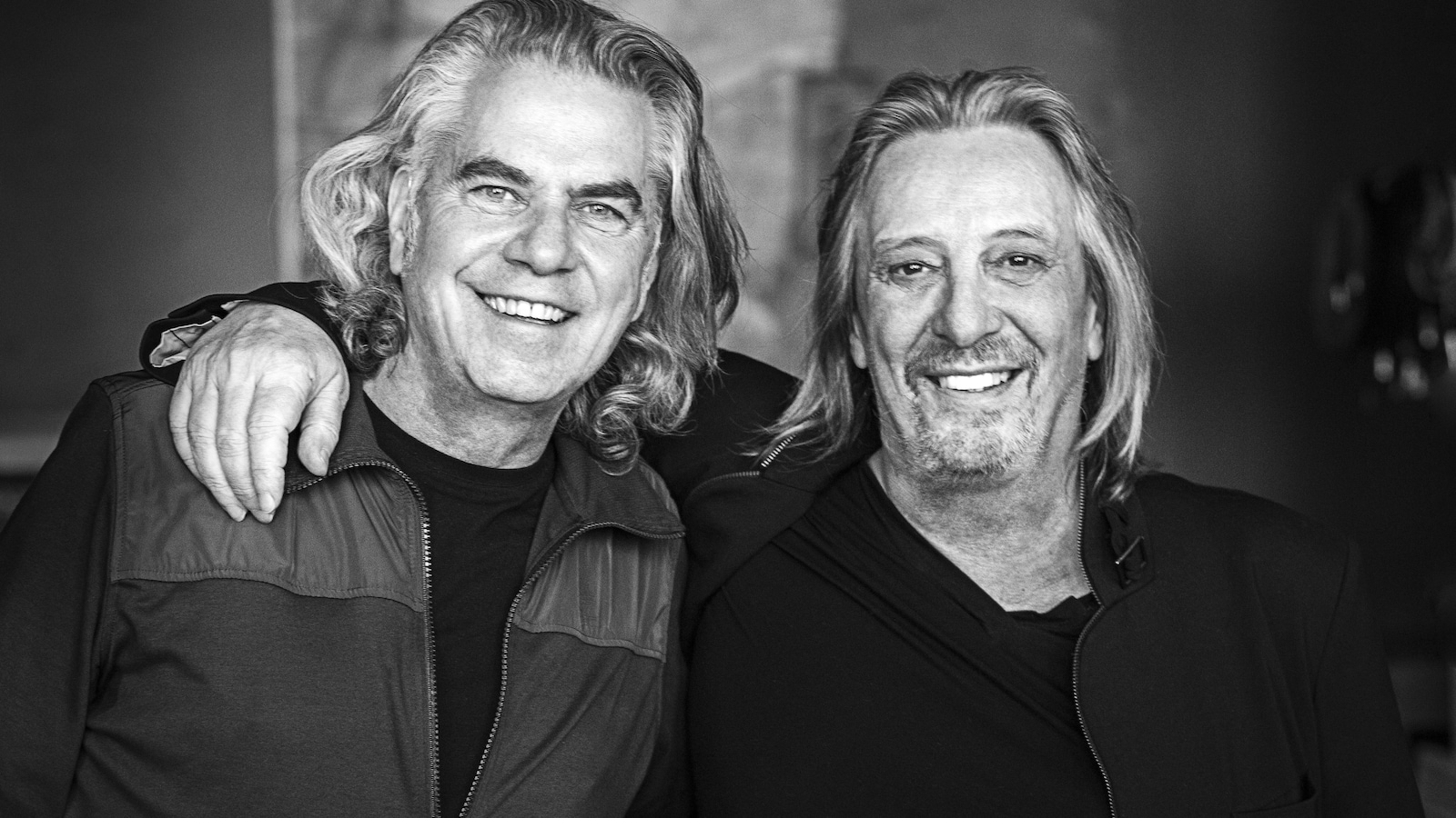 Les auteurs-compositeurs-interprètes québécois Richard Séguin et Serge Fiori, bras dessus, bras dessous.