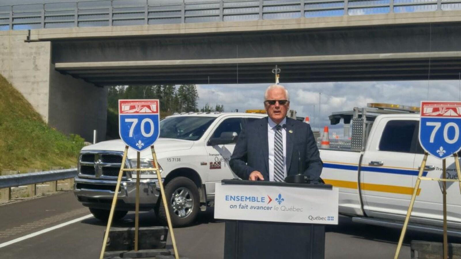 Le député de Dubuc, Serge Simard inaugure le nouveau tronçon de l'autoroute 70 entre Chicoutimi et La Baie.