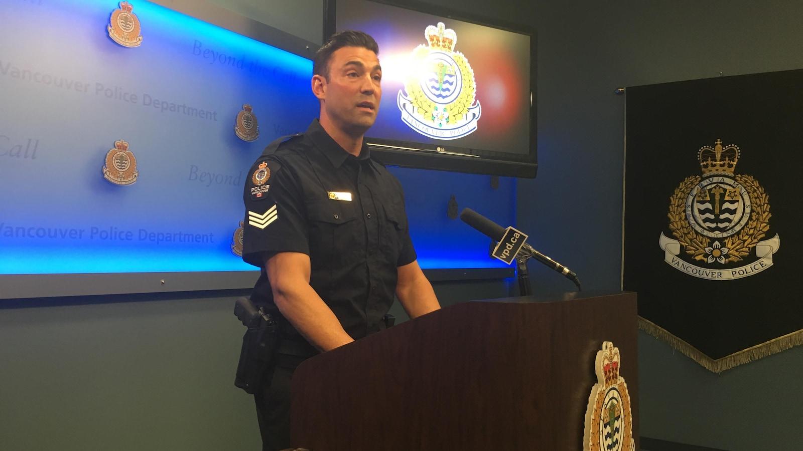 Le sergent Jason Robillard, de la police de Vancouver, parle au micro lors d'une conférence de presse.