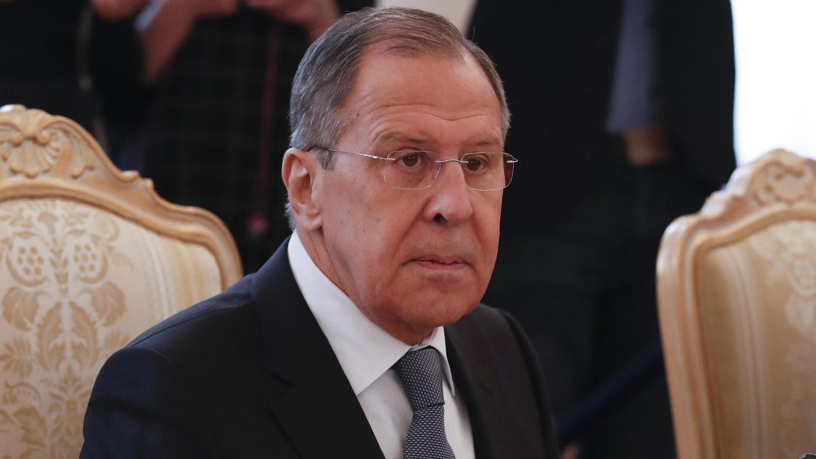 Sergueï Lavrov est assis à une table et parle.