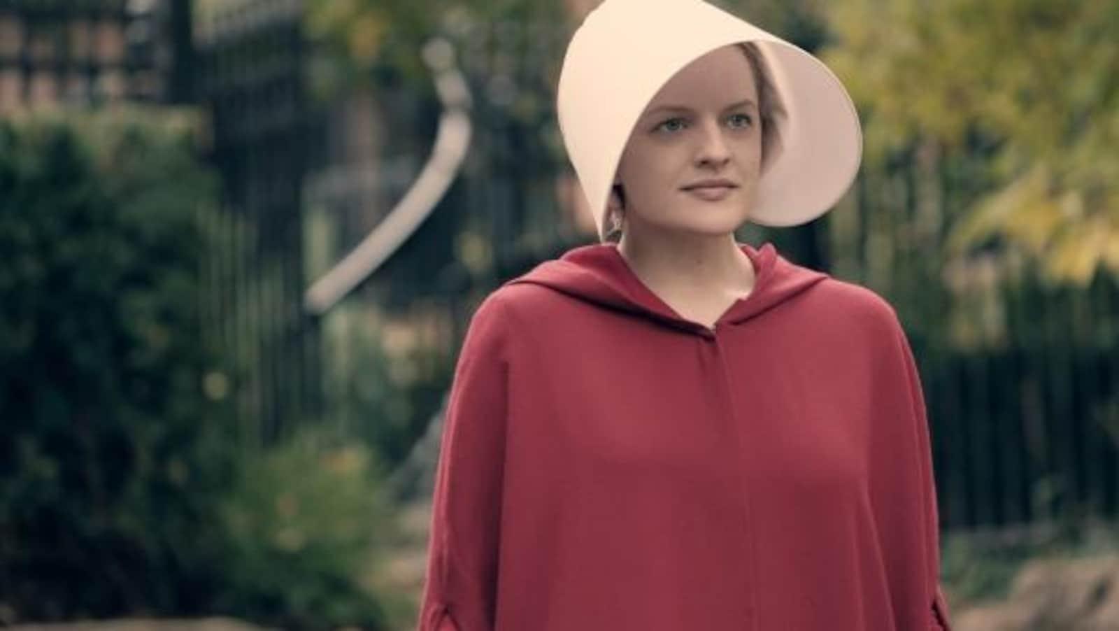 Photo de l'actrice dans un costume de nonne rouge écarlate