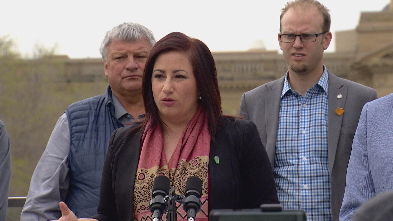 Shannon Stubbs fait un discours devant l'Assemblée législative de l'Alberta à Edmonton.