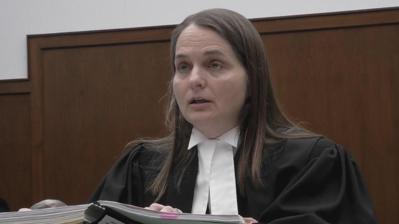 Me Sharlene Telles-Langdon se tient debout avec son uniforme d'avocate à la Cour d'appel de la Saskatchewan.