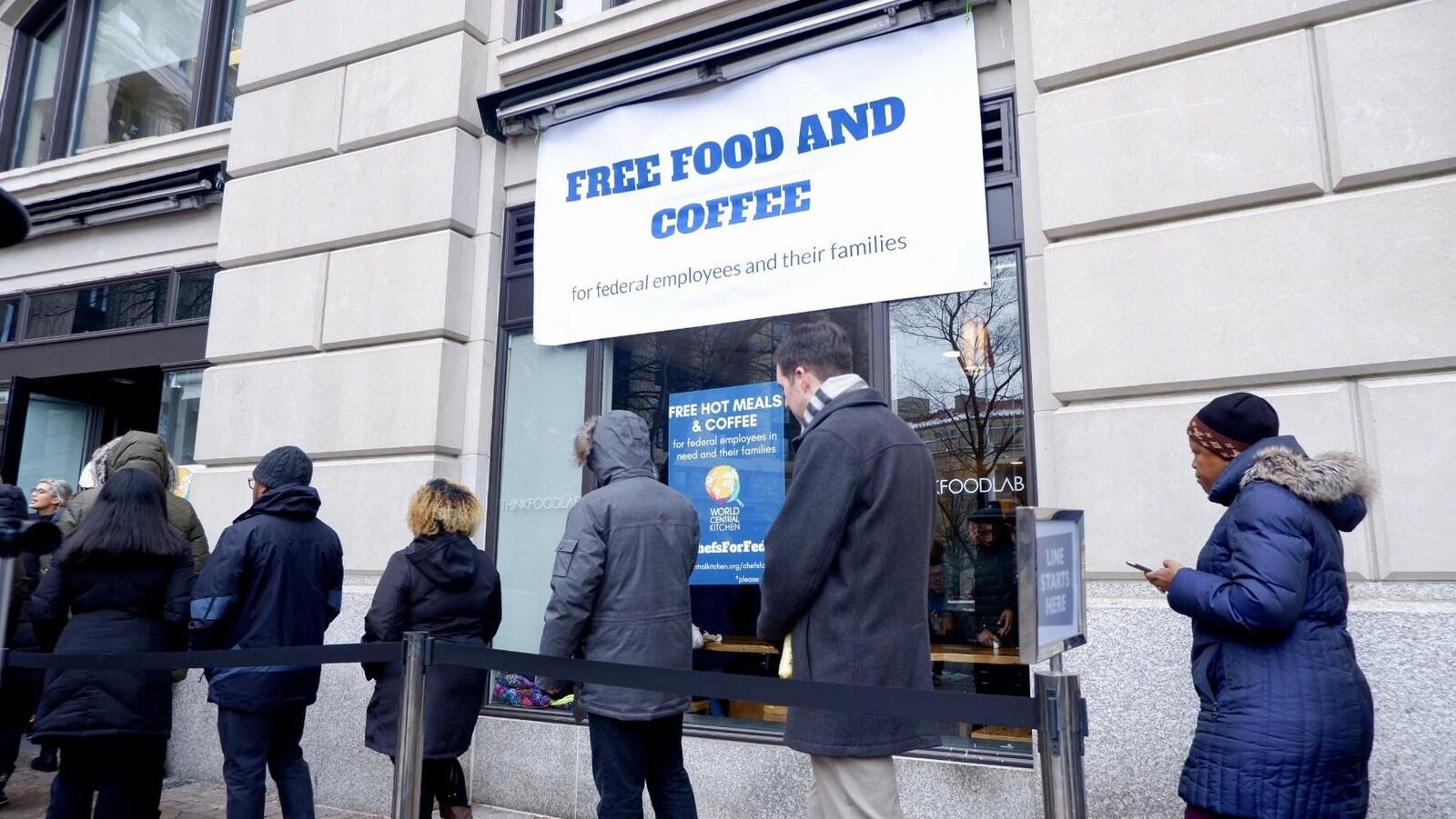 Des employés fédéraux attendent de recevoir un repas gratuit, au centre-ville de Washington.