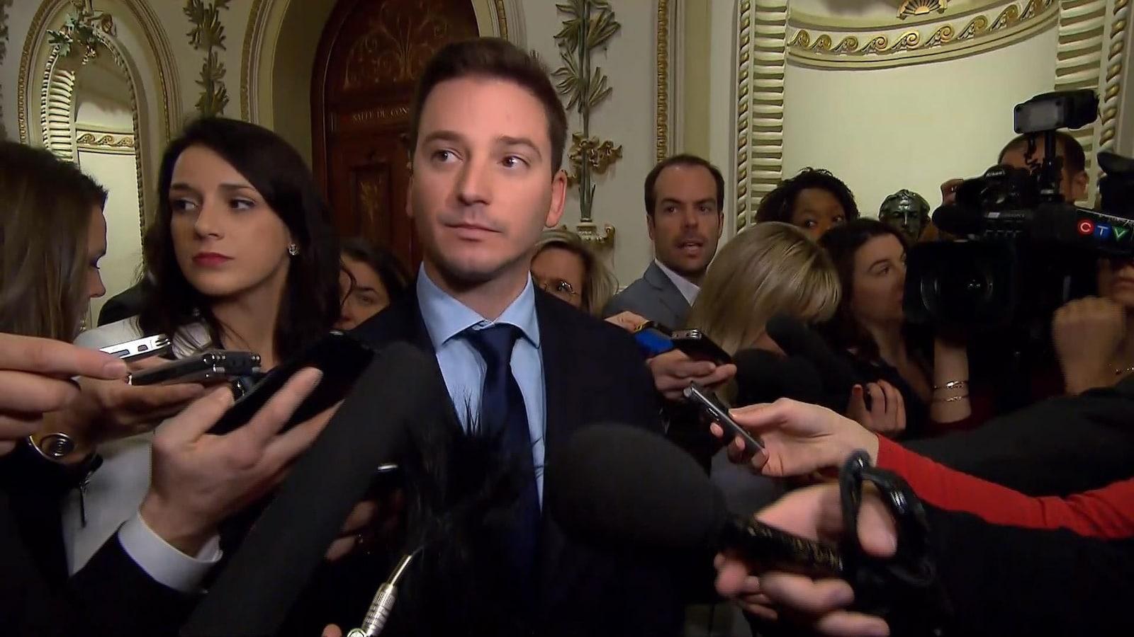 Le ministre responsable de la Laïcité, Simon Jolin-Barrette répond aux journalistes concernant l'interdiction de porter le tchador dans la fonction publique.