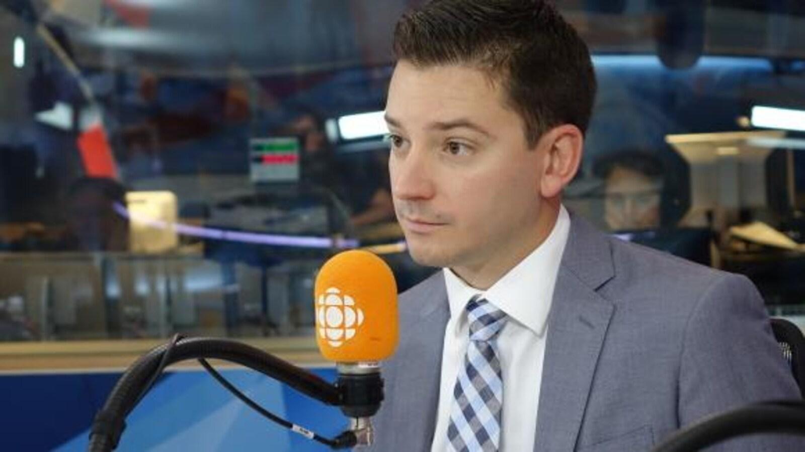 Simon Jolin-Barrette au micro d'Alain Gravel.