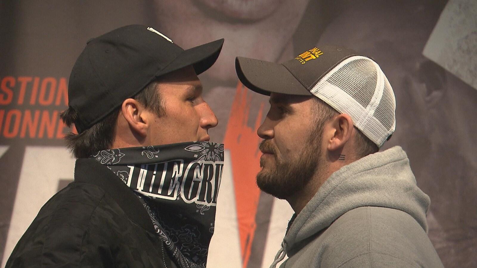Le visage des deux boxeurs face à face.