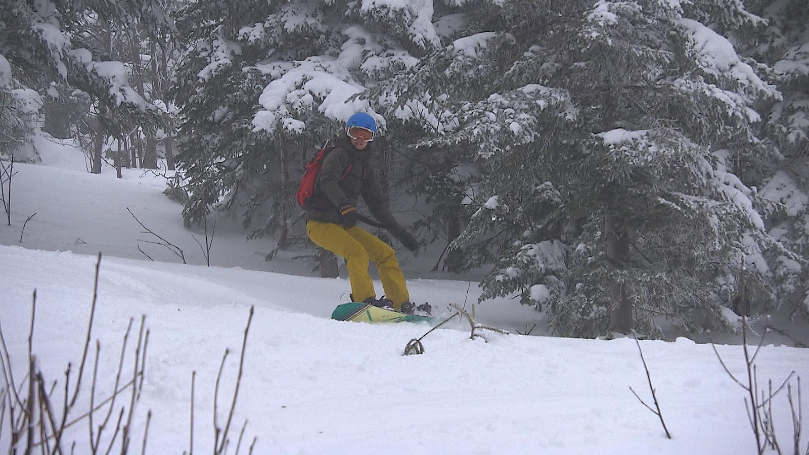 Skieuse dans une pente.