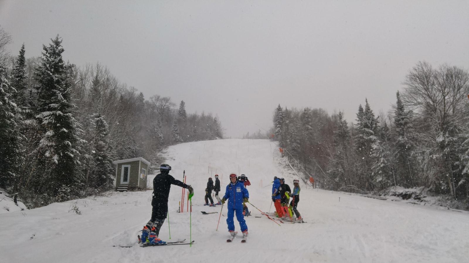 Les skieurs dans les pentes