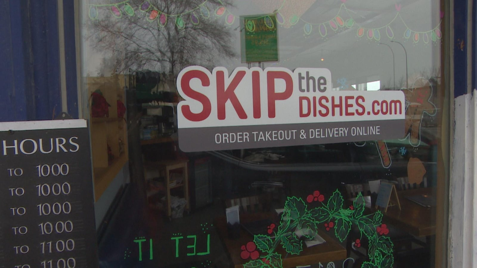 La vitrine d'un magasin avec un autocollant «Skip the dishes».