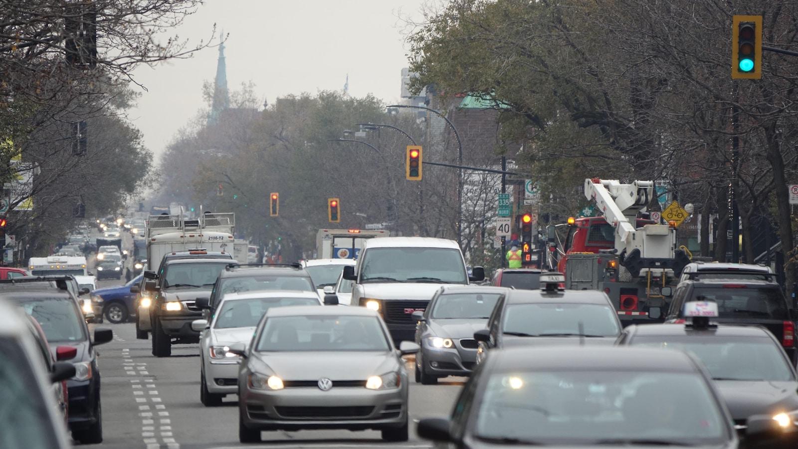 Des voitures circulent sur le rue Saint-Denis.