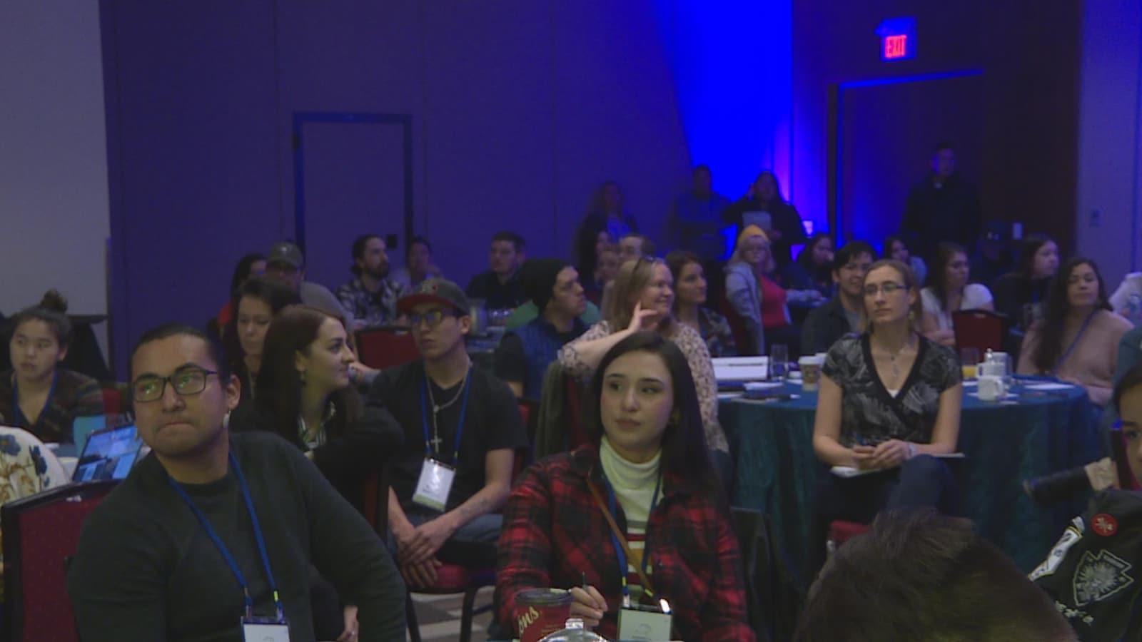 De jeunes Autochtones assistent à une conférence dans un hôtel de Calgary.
