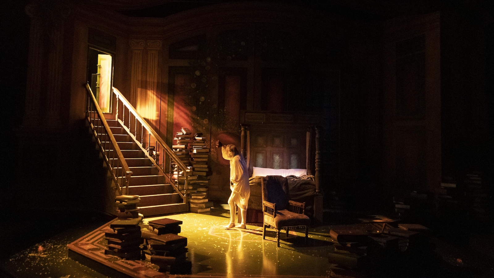 Un homme reçoit un faisseau de lumière pendant la nuit.