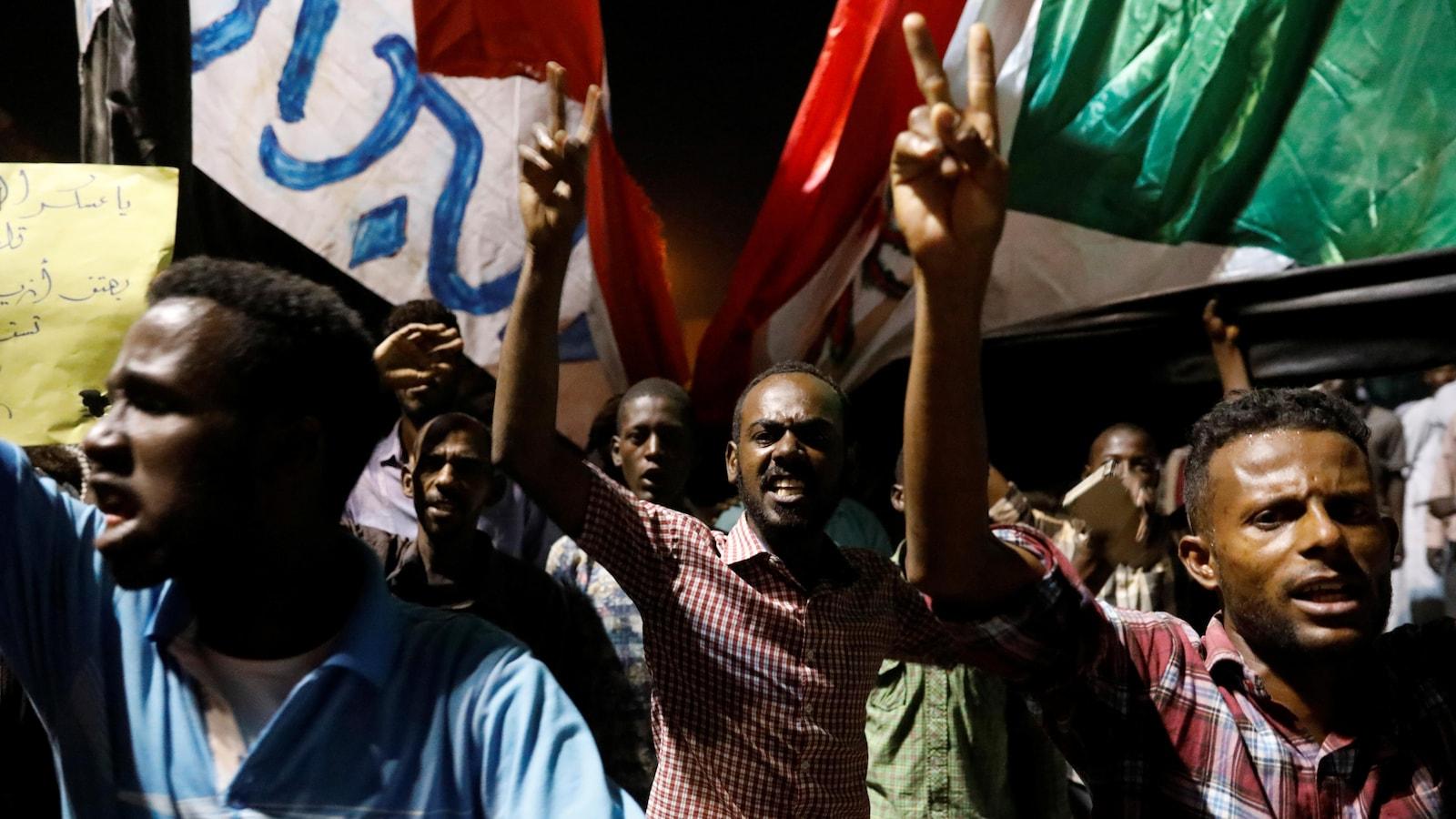Des protestataires devant le ministère de la Défense à Khartoum.
