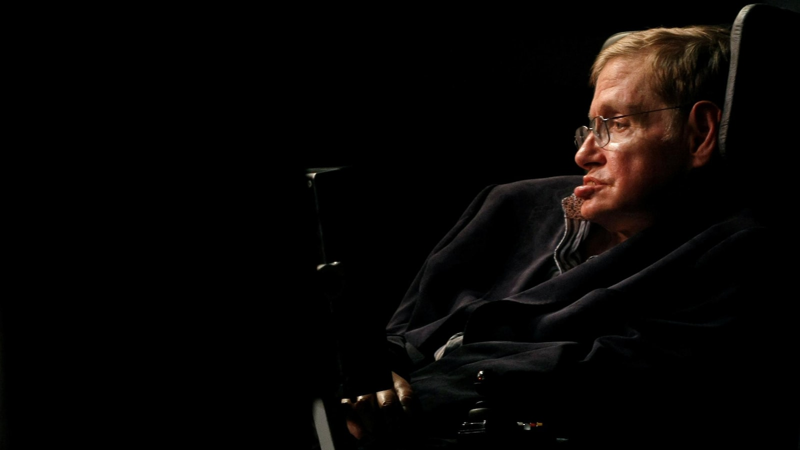 L'astrophysicien Stephen Hawking s'adresse à une foule lors d'une conférence à Cape Town, en Afrique du Sud, le 11 mai 2008.