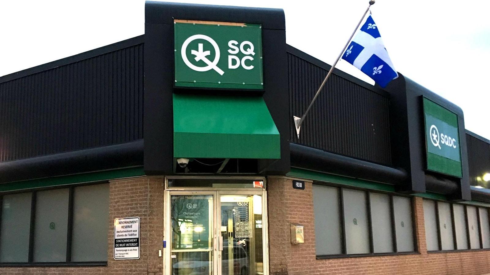 Devanture de la succursale de la SQDC de Sainte-Foy. La photo a été prise quelques heures avant l'ouverture officielle du point de vente, le 17 octobre 2018.
