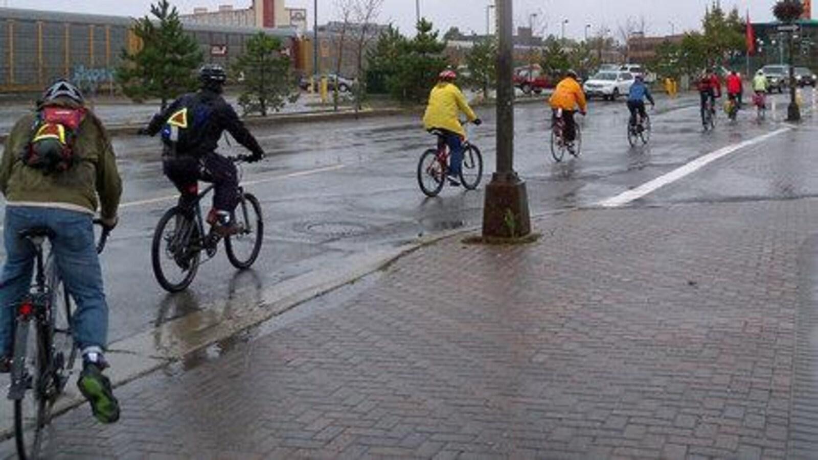 Des cyclistes sur une rue du centre-ville dans le Grand Sudbury.